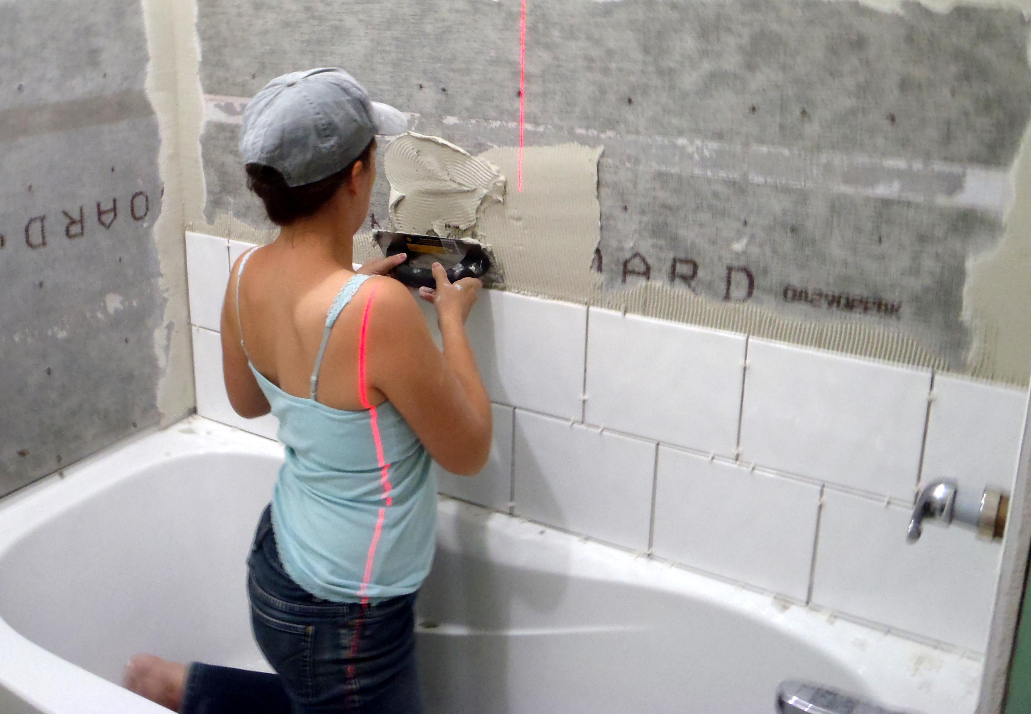 Как самим положить плитку в ванной на пол